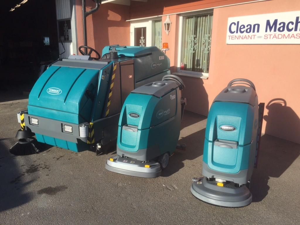 Glada Tennant maskiner uppställda i vårsolen innan leverans.